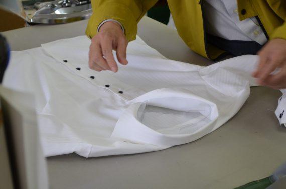 工場にてレディースシャツ生産