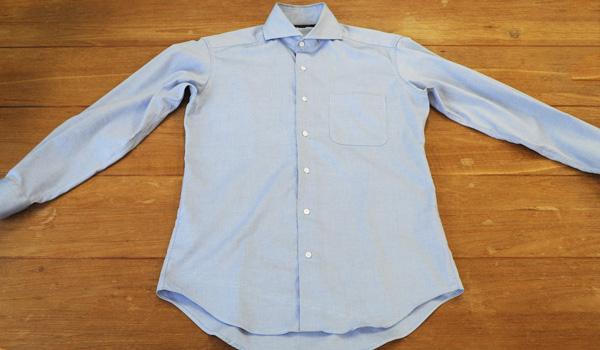 ワイシャツのたたみ方1:シャツの前身頃のボタンをすべて留めます