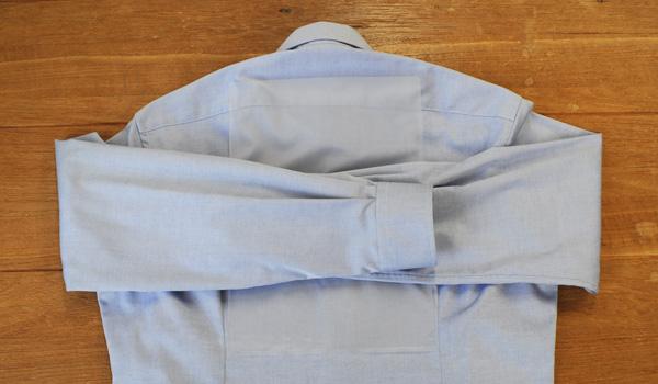 ワイシャツのたたみ方18(クリアファイルを使う方法):反対側の袖も同じようにクリアファイルの端まで折り返します。
