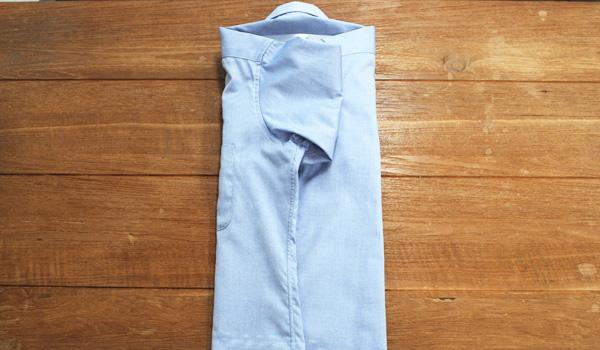 ワイシャツのたたみ方20(クリアファイルを使う方法):残り半分の身頃も同じように折りたたみます。