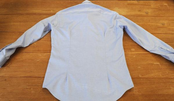 ワイシャツのたたみ方2:シャツの前身頃のボタンをすべて留めます