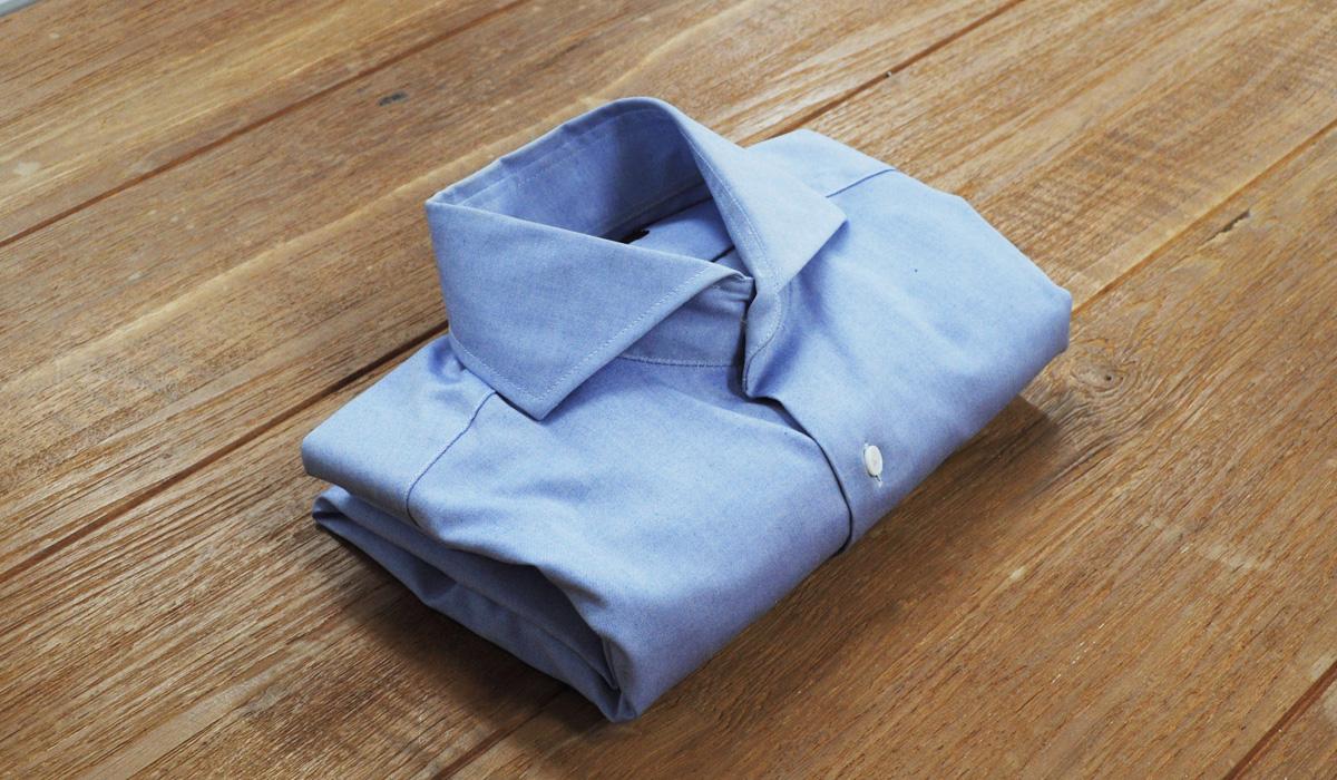 ワイシャツのたたみ方13:さらに小さくして収納、持ち運びたい!ということであれば、さらに半分に折り返します。スペースが限られているスーツケースの中でも場所をとりません。ただし、折って丸めた部分はシワが付きやすくなります。