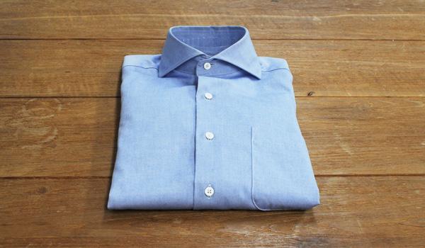 ワイシャツの畳み方-スーツケースやたんす収納時の一工夫:キーパーを使う3:シャツの衿にセットした状態のカラーキーパー