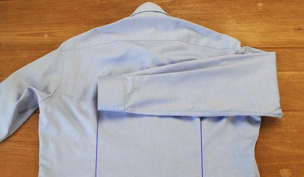ワイシャツのたたみ方3:ワイシャツのたたみ方: 背ダーツのラインまで袖を折り返します