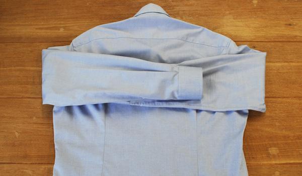 ワイシャツのたたみ方4:反対側の袖も同じように折ります。
