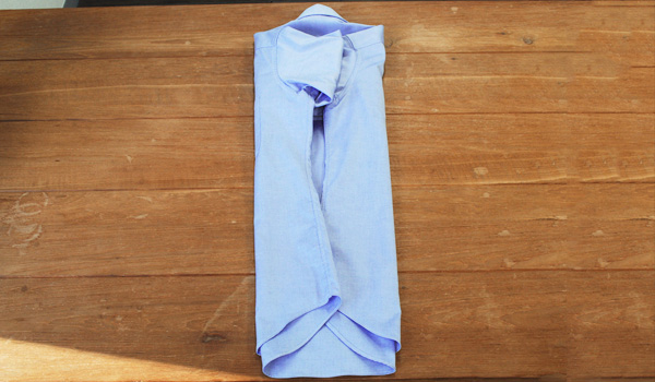 ワイシャツのたたみ方7:残り半分の身頃も同じように背ダーツラインで折り畳みます。