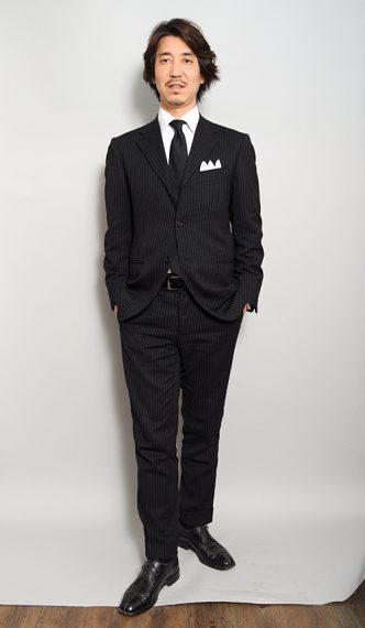 チャコールグレーのジャケット+濃いグレーのネクタイ
