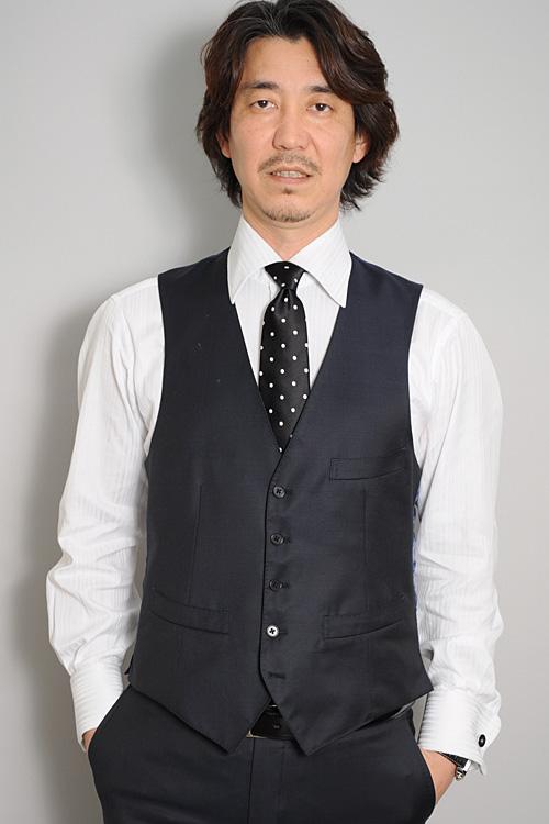 ozie|オジエ ネイビーのスリーピース+黒のドット柄のネクタイ+白のポケットチーフ2