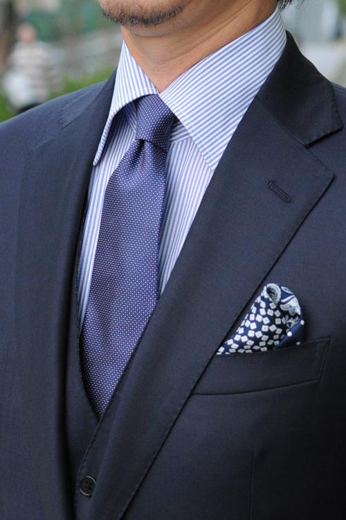 ozie|オジエ 細かいストライプシャツ+薄いブルーのネクタイ+ネイビー系のポケットチーフ2