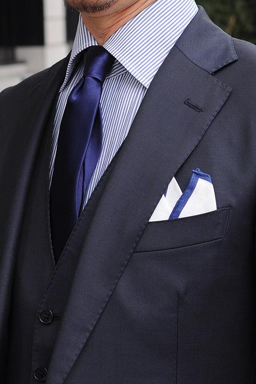 ozie|オジエ ブルーの細かいストライプシャツ+ネイビーネクタイ+ポケットチーフ2