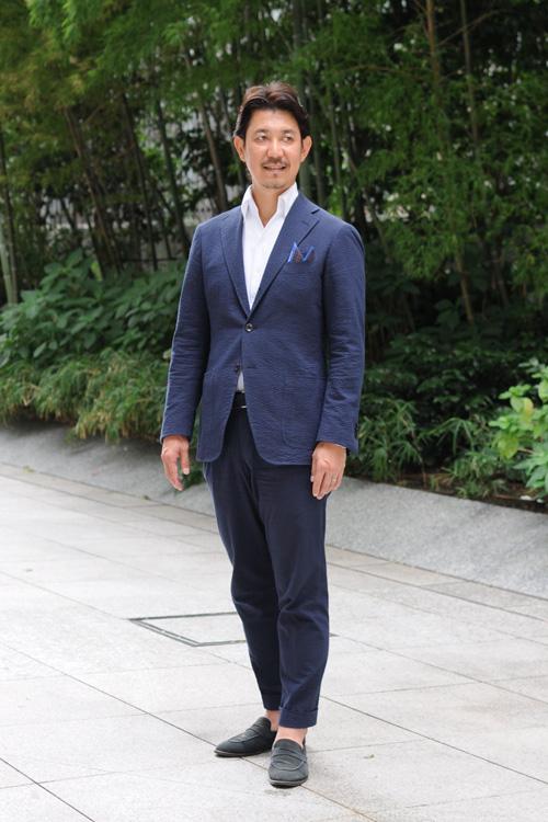 ozie|オジエ からみ織り生地シャツ・シアサッカーのスーツ+からみ織りのイタリアンカラーシャツのコーディネート2