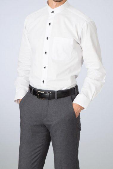 スタンドカラーシャツ・着用イメージ・グレーのパンツとスタンドカラーシャツ